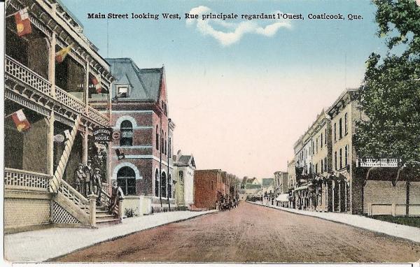 Carte postale de la rue Main au début des années 1900. Vue vers l'ouest de la ville