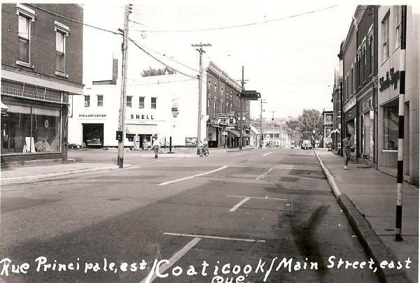 rue Main, vue de l'ouest à l'est La station d'essence Shell était située juste au coin des ruesMain et Child, aujourd'hui la Place J.R. Lefebvre