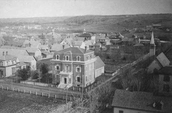 This photo may date from the 1880s or so. In the center the building was that of the Metropolitan Bank (1875-1876). It was converted into a residence in the future.