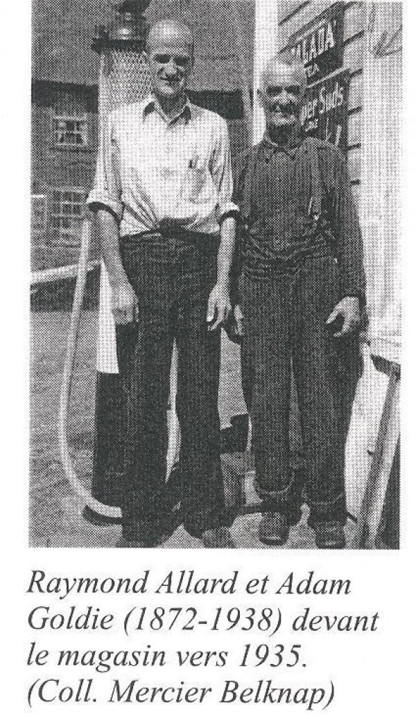 Raymond Allard et Adam Goldie devant le magasin général de Baldwin Mills, vers 1935