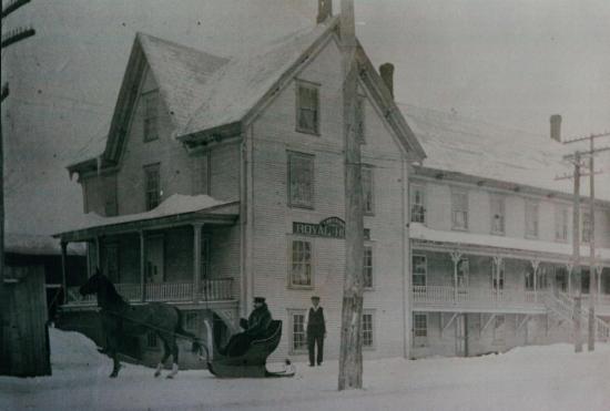 Hôtel Royal sur la rue St-Jean Baptiste à Coaticook