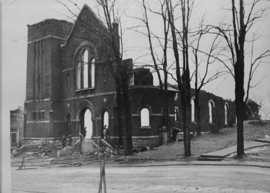 Les restes de l'église St-Jean l'Évangéliste après l'incendie du 16 janvier 1949