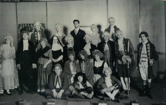 Troupe de théâtre se produisant à Coaticook. Remarquez les costumes détaillés. Les comédiens sont des gens de Coaticook.