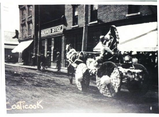 Parade de la St-Jean-Baptiste à Coaticook Remarquez l'affiche identifiant le Coaticook Observer derrière.