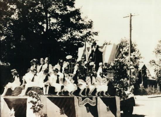 Un char allégorique de la parade de la St-Jean-Baptiste à Coaticook