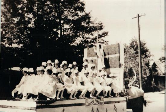 Un des chars allégoriques de la parade de la St-Jean-Baptiste à Coaticook