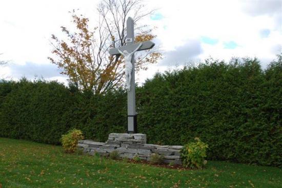 On peut apercevoir dans le cimetière la présence d'un calvaire, typique des cimetières catholiques.  Celui du cimetière Saint-Luc est composé du Christ en croix, installé sur un mur en pierres au fond du cimetière.