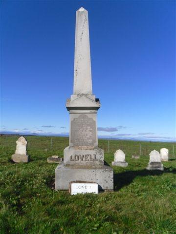 Parmi les 19 personnes inhumées au Lovell Cemetery, on ne compte pas seulement les descendants directs de William Lovewell, mais aussi quelques membres de sa famille élargie : son gendre Samuel Morgan et son beau-frère Micajah Hanson y sont ensevelis. La première épouse de Henry Lovell, les beaux-parents de celui-ci ainsi que trois de ses enfants sont aussi inhumés ici, de même que son frère John, membre de l'Église baptiste, et l'épouse de John, Annis Merriman. Toutefois, Henry Lovell, un métho