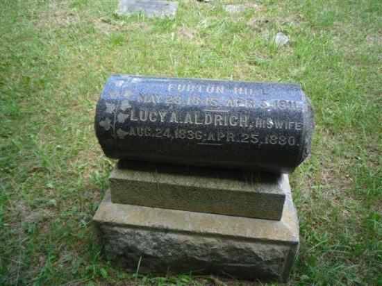 Un traversin en granit noir domine le monument du couple Furton Hill et Lucy Aldrich, cette dernière étant apparentée à la famille Horn. Les dates indiquées montrent que l'homme a épousé une femme âgée de neuf ans de plus que lui.