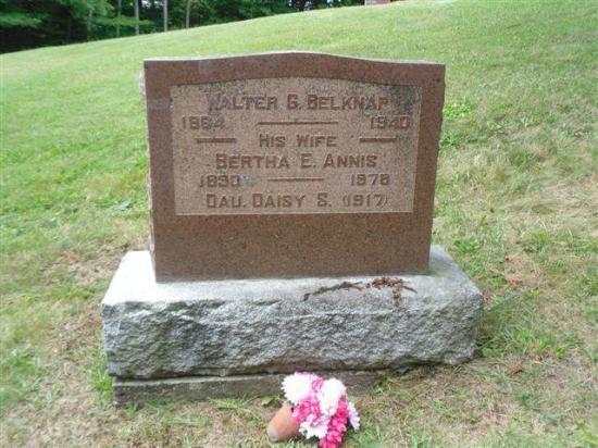 On retrouve également dans ce cimetière, plusieurs membres de la famille Belknap, dont Walter G. Belknap, décédé en 1940, ainsi que sa conjointe Bertha Annis, décédée près de trente ans plus tard en 1978.  Charpentier de métier, Walter G. Belknap est reponsable de plusieurs constructions autour du lac Lyster.  L'un des plus beaux exemples de ses réalisations est d'ailleurs l'église United Church, située sur le chemin May à Baldwin Mills, construite en 1888.  W.G. Belknap travailla également au d