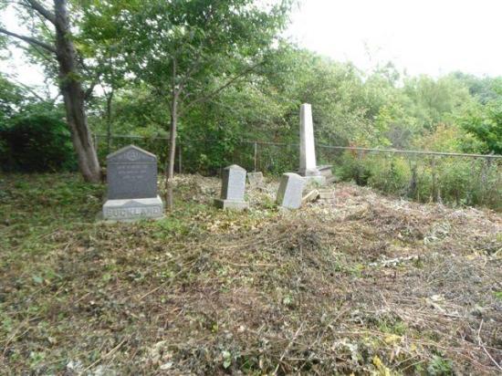 Tout près de l'ancien village de Barnston Corner, sur le chemin Madore, près de l'intersection de la route 141, se trouve le cimetière de la famille Bellows.  Entouré d'une clôture en fer forgé, celui-ci comprend maintenant 11 pierres tombales datées de 1826 à 1922.  La plus ancienne stèle funéraire appartient à John Bellows (Sr), décédé le 12 mars 1826 à l'âge de 84 ans.