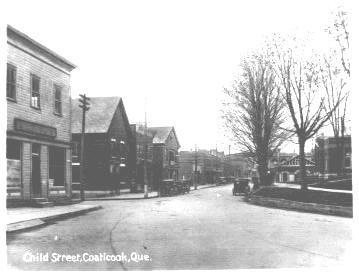 Au debut en 1826, le chemin allant a Compton fut trace et construit par Cage Ingraham. Cette section de la rue Child s appela Compton Road. Quelques annees plus tard, la rue Child etait divisee en trois sections de toponymes differents : Child parce qu il tenait un magasin a proximite; Mill Street parce que la rue conduisait au moulin Baldwin (proximite de la jonction St-Paul Est et Child) et Compton Road parce que la route etablissait le lien avec Compton.
