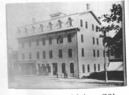 Le Grand Central Hôtel sur la rue Child est bâti en 1875. Il sera détruit par les flammes quelques années plus tard. Il possède 4 étages et se trouve sur la rue Child.