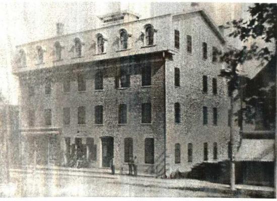 Sa construction remonterait à 1889, et son ouverture officielle, à 1900. Il fut construit par François-Xavier Comptois qui le vend l'année suivante à Mlle Hermine Desaulniers. Demeure dans la famille jusqu'en 1904 et sera revendu par la suite à plusieurs reprises.Le bâtiment qui comptait 4 étages, fut détruit par un incendie, le 20 mars 1923. Ce bâtiment gigantesque situé sur la rue Child, témoigna du développement économique qui prévalait au tournant du XIX siècle à Coaticook.