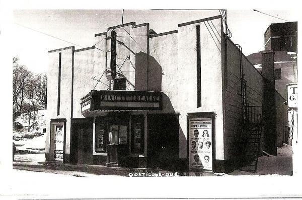 Le théâtre Rivoli de la rue Child à Coaticook Il comptait 250 places. A été en opération de 1953 à 1955. Aujourd'hui l'emplacement de la Papeterie Coaticook.