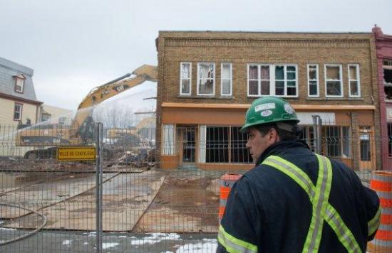 Démolition de l'édifice du 37-43 rue Child. Cet édifice sera démolie vendredi le 17 janvier, en début d'après-midi.La Boutique Jackie et le bureau de comptable de Bernard Dumont ont été démantelé en quelques heures par Excavations René St-Pierre.