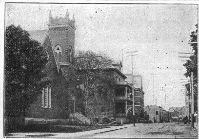 Coaticook Baptist Church vue vers l'hôtel Maurice. Elle était située sur le rue Main Est tout près de l'actuel Coop des Cantons.