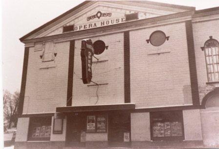 Salle de cinéma à Coaticook. À l'époque précédant la présentation  de film, on y présentait des pièces de théâtre. Il était situé sur la rue Main où se trouve présentement la Maison Familiale.