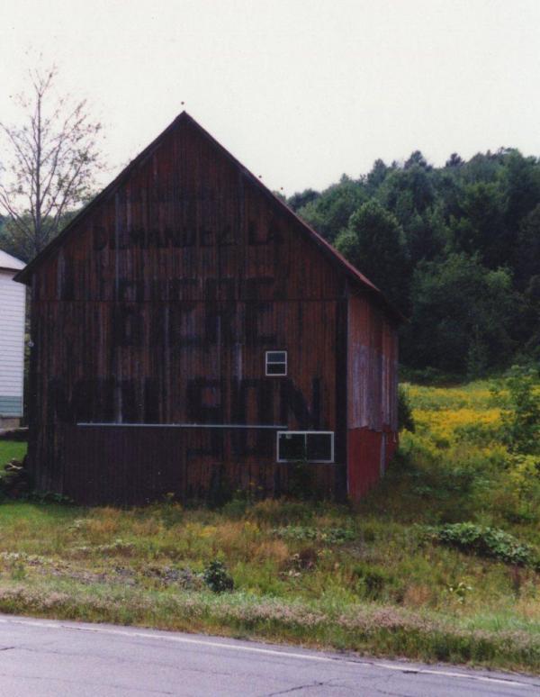 Cette grange était située à Coaticook Nord et a servi durant plusieurs années de panneau publicitaire pour la Compagnie Molson. On y voit encore bière Molson. Les  flammes ont détruit le bâtiment en 2014.