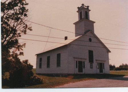 église Baptiste de Barnston construite en 1837. Sur cette photo on remarque les pinacles sur le clocher sont encore présents.