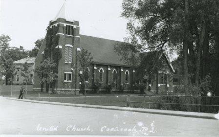 L'église Unie de Coaticook, église Sisco, on peut apercevoir à l'arrière le mur du manège militaire.