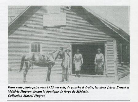 La forge Hugron était situé sur l'emplacement où est situé le Bar Ailleurs.  Dans cette photo prise en 1925, on peut apercevoir les deux frères Ernest et Médéric Hugron devant la boutique de forge de Médéric.