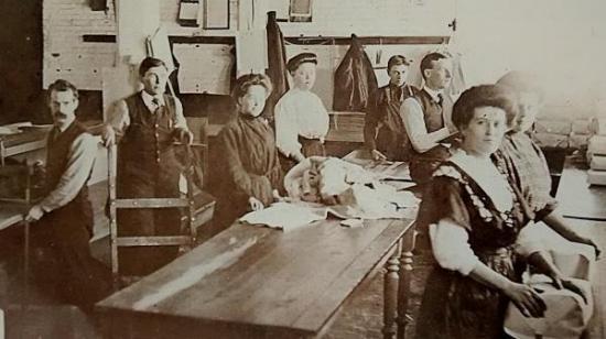George O. Doak ouvre une usine de lainage à Coaticook Nord en 1871. Il s'agit de la Coaticook Knitting qui débutent ses activités deux ans plus tard. Cette usine devient la Penman's Manufacturing en 1893. Entre 200 à 300 personnes y fabriquent des sous-vêtements de coton. En 1975 cette compagnie ferme et fait place à la Ganterie Best. Elle est située sur la rue Michaud, tout près du Parc de la Gorge de Coaticook.
