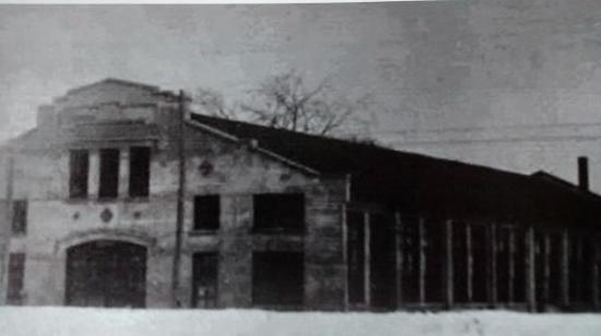 Arthur Osmore Norton démarre une usine de fabrication de crics pour les chemins de fer sur la rue Gilmour à Coaticook. Il construira une deuxième usine, plus grande, qui fermera en 1946. Ces locaux sont maintenant occupés par La Ressourcerie. En 1891, il avait aussi ouvert une industrie à Boston. En 1912, il fait construire une somptueuse résidence familiale à Coaticook. Cette résidence deviendra plus tard le Musée Beaulne.