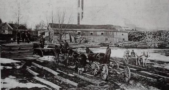 En 1878, Georges Gilmour démarre une entreprise de fabrication de chaises : La Gilmour Chair Ltée. En 1922-1923 elle devient la propriété de J. W. Gilgour qui poursuit la fabrication de chaises. En 1939, l'usine adopte le nom de J. W. Gilgour and Sons et fonctionne jusqu'en 1978. Elle devint par la suite Les Industries de la Rive Sud, située sur la rue Union.