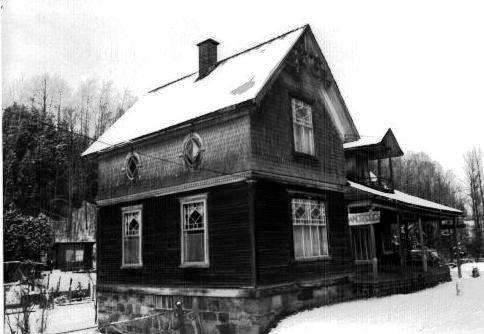 La maison de M. Mosher était située à l'endroit du Salon de quilles sur la route 147 Nord à la sortie de la ville.