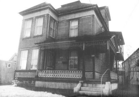 La maison sur la rue Baldwin était située juste au début en empruntant la rue Baldwin de la rue Main.