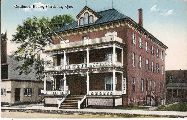 Carte postale du Coaticook House qui fut construit en 1894. Il deviendra par la suite l'hôtel Maurice qui sera détruite par les flammes en 1969.  Était sur le site de la rue Main Est maintenant occupé par le garage Duro.