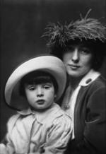 220pxevelyn_nesbit_and_son_by_arnold_genthe_1913.jpg