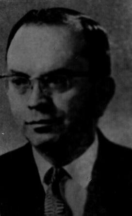 Après 37 ans au poste de secrétaire-trésorier à la Ville de Coaticook, Romuald Dumont est difficile à oublier. Par sa personnalité et son travail acharné, il a laissé sa trace. Fils d'Isidore Dumont et de Delvina St-Pierre, il est né à Cookshire, le 12 mars 1907. Il fit ses études primaires à l'école Sacré-Cœur et, de 1920 à 1927, il fait ses études au Séminaire Saint-Charles où il fut président de sa classe. En 1930, il est diplômé en sciences commerciales à l'école des Hautes études commerci