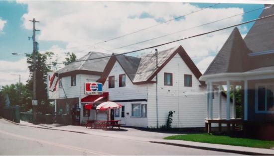 L'épicerie-Dépanneur chez Béland vers les années 1963 et durant 22 ans. Elle était située au 364, rue St-Jean-Baptiste à Coaticook