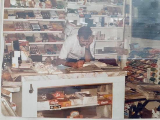Gaston Béland au comptoir de son dépanneur