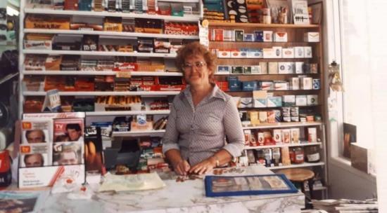 Yvette Véronneau, la femme de Gaston Béland, derrière le comptoir de leur dépanneur.
