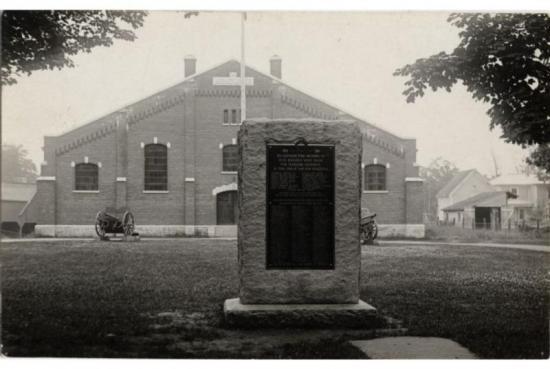 Jeudi 31 juillet 1975 Manège militaire cédé à Coaticook COATICOOK, (RD) - Enfin c'est définitif et officiel, le gouvernement fédéral a consenti à céder le manège militaire à la ville rie Coaticook pour la somme de S50.00 sur une période de 20 ans avec l'autorisation de le démolir. Cet imposant édifice construit en 1914. Tiré du Journal la Tribune - 31 juillet 1975  de BANQ