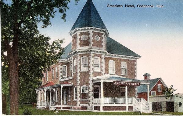 En 1901, le bureau municipal du canton de Barford, situé au coin des rues St-Jacques Sud et Main Est. En 1927, il  devient l' American Hôtel (1927-1946) et par la suite l'hôtel Ritz (1946-1965) . Il changera de nom pour devenir l'Auberge La Tourelle et conservera ce nom jusqu'en 1994.  Aujourd'hui on y retrouve encore 2 bars.